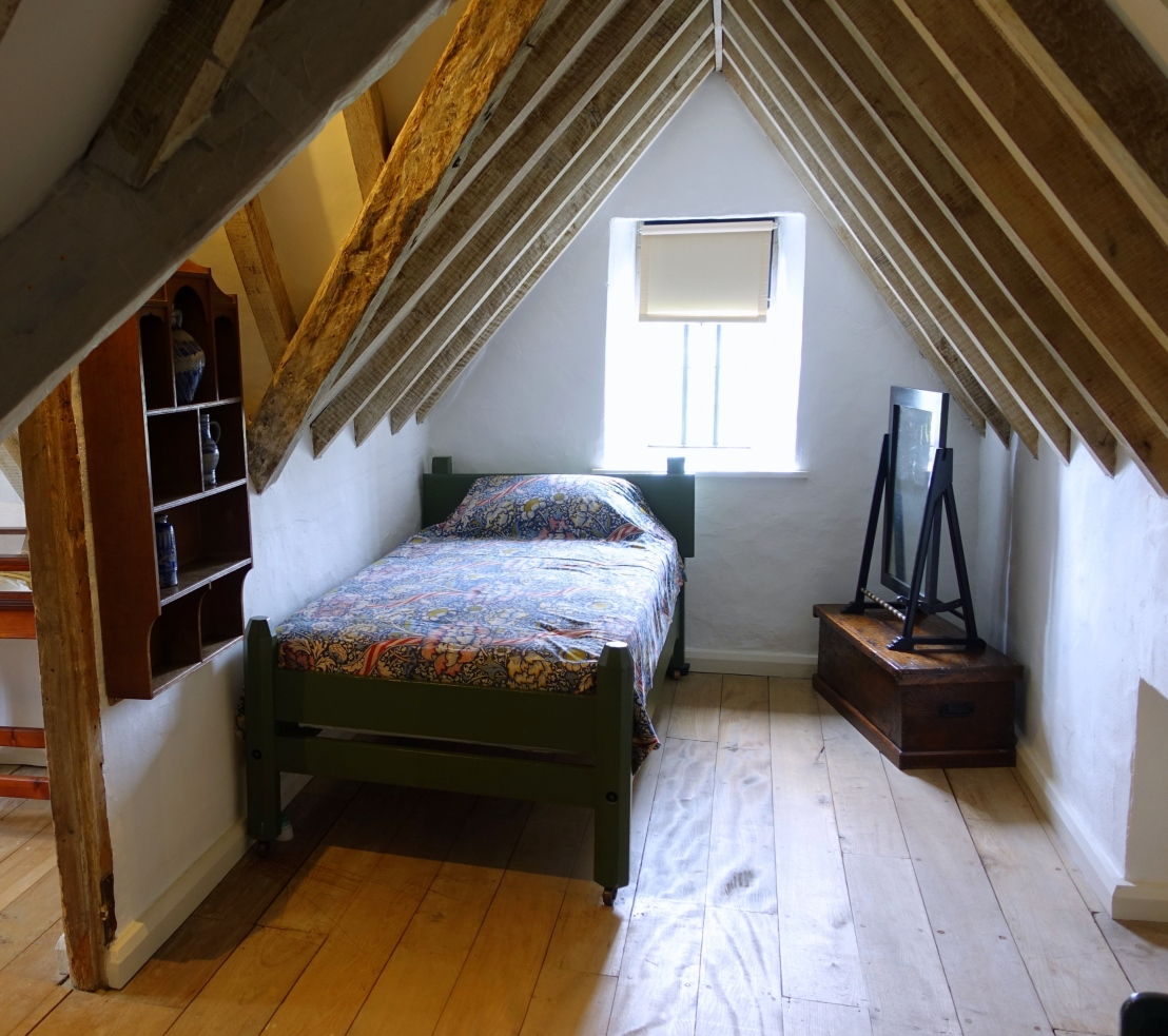 Attic_bedroom_-_Kelmscott_Manor_-_Oxfordshire,_England_-_DSC00110