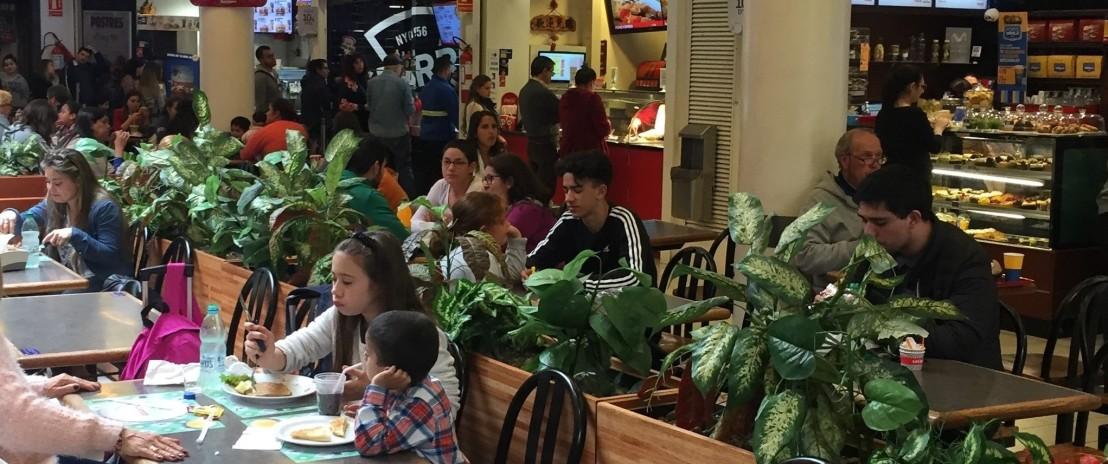 Hermanos_en_la_plaza_de_comidas