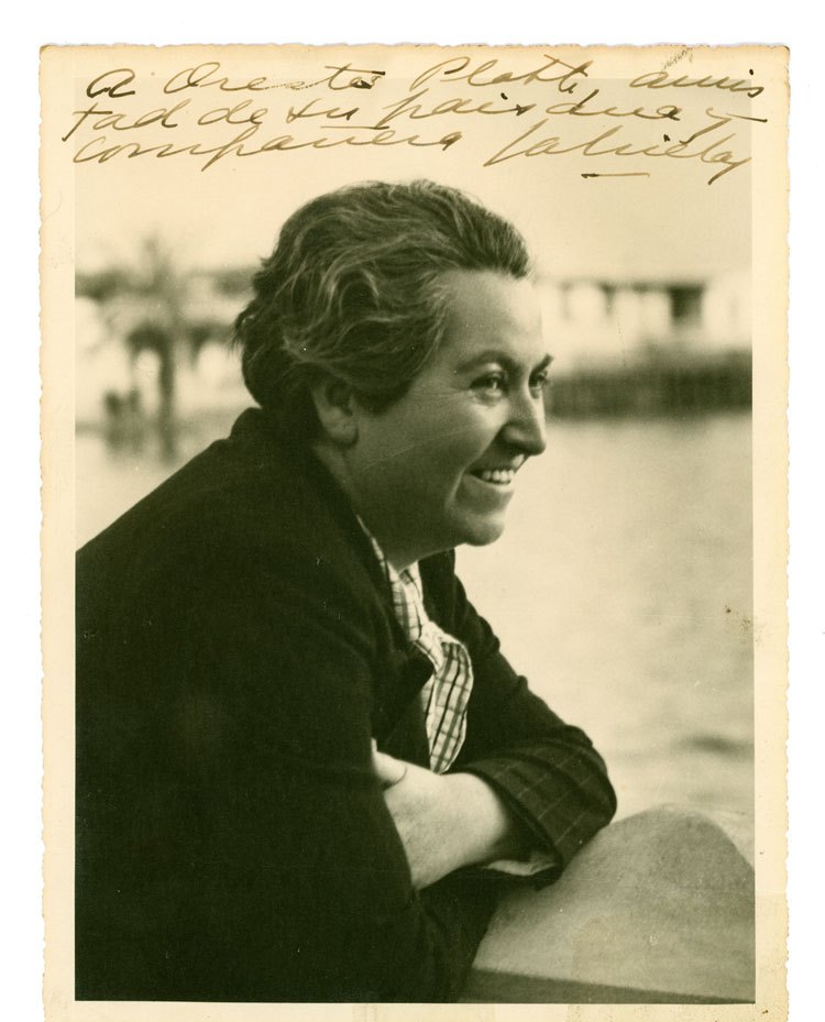 Gabriela_Mistral_sonriendo_ca._1938
